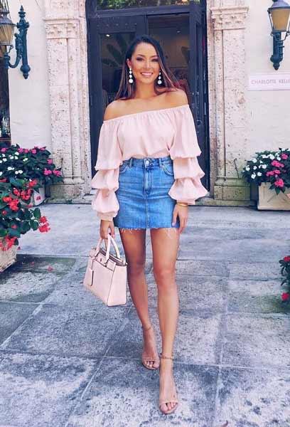 Inspirasi Outfit Streetwear Yang Ramah Di Kantong - Perpaduan antara atasan sabrina off shouder dengan rok mini jeans