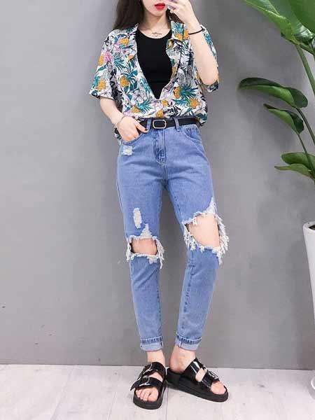 Inspirasi Outfit Streetwear Yang Ramah Di Kantong - Perpaduan floral shirt dengan ripped jeans