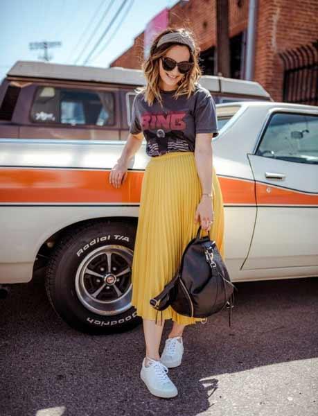 Inspirasi Outfit Streetwear Yang Ramah Di Kantong - Tampil simple dengan t-shirt dan pleated skirt plus sneaker putih