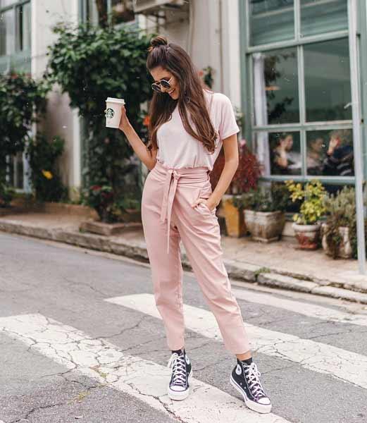 Inspirasi Outfit Streetwear Yang Ramah Di Kantong - Perpaduan t-shirt dengan high waist pants dan platform sneakers
