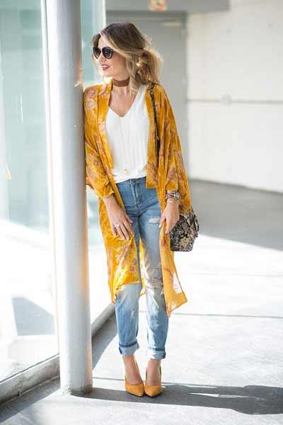 Inspirasi Outfit Streetwear Yang Ramah Di Kantong - Tampil chic dengan perpaduan v-neck shirt dengan ripped jeans yang dibalut dengan long cardigan kimono