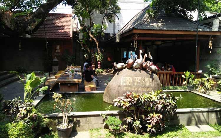 Tempat Makan atau Restoran Dengan Nuansa Alam Di Surabaya - Bebek Tepi Sawah