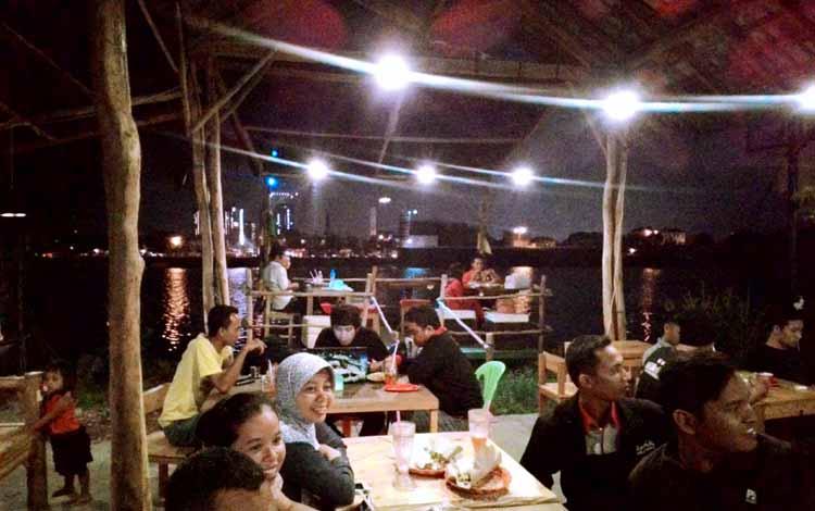 Tempat Makan atau Restoran Dengan Nuansa Alam Di Surabaya - Latar Ombo