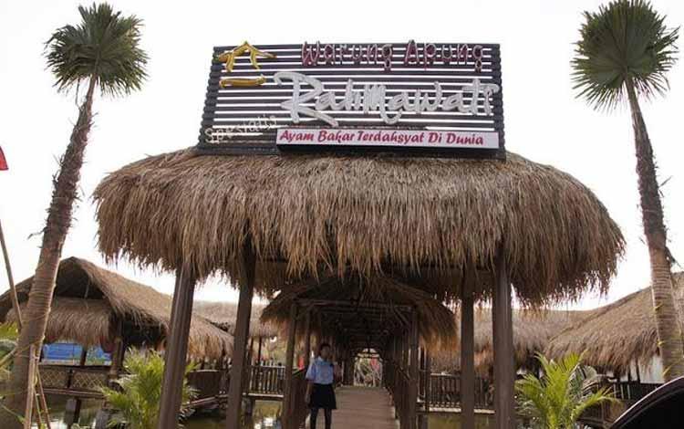 Tempat Makan atau Restoran Dengan Nuansa Alam Di Surabaya - Warung Apung Rahmawati