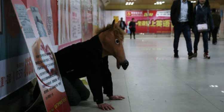 Kisah Cinta Orang Tua Yang Begitu Besar Kepada Anaknya - Rela Menjadi Kuda-kudaan Demi Uang Pengobatan Anak