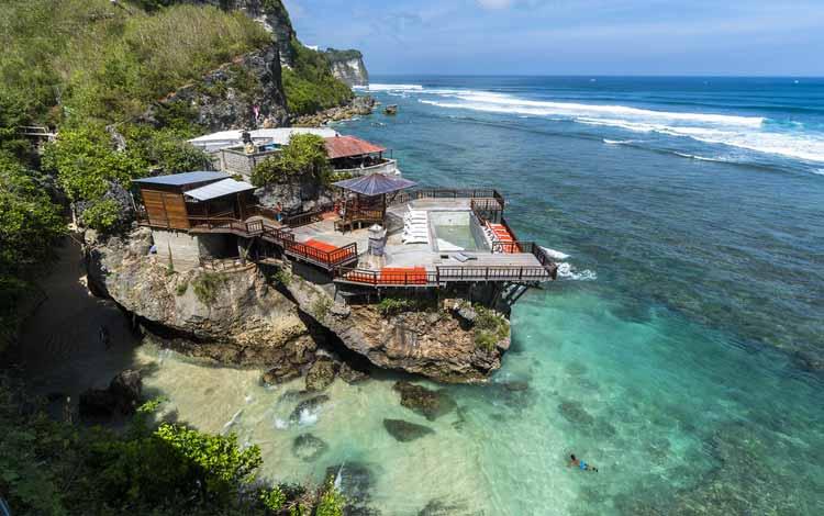 Pantai Indonesia Yang Tak Kalah Indah Dari Maldives - Pantai Suluban