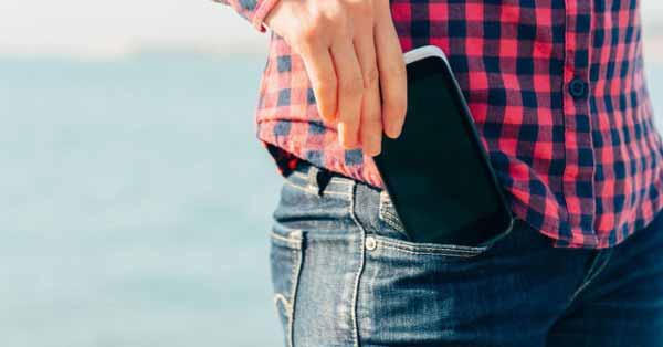 Berbagai-Hal-Yang-Dapat-Mengganggu-Kesuburan-Kaum-Pria-Menyimpan-ponsel-di-saku-celana