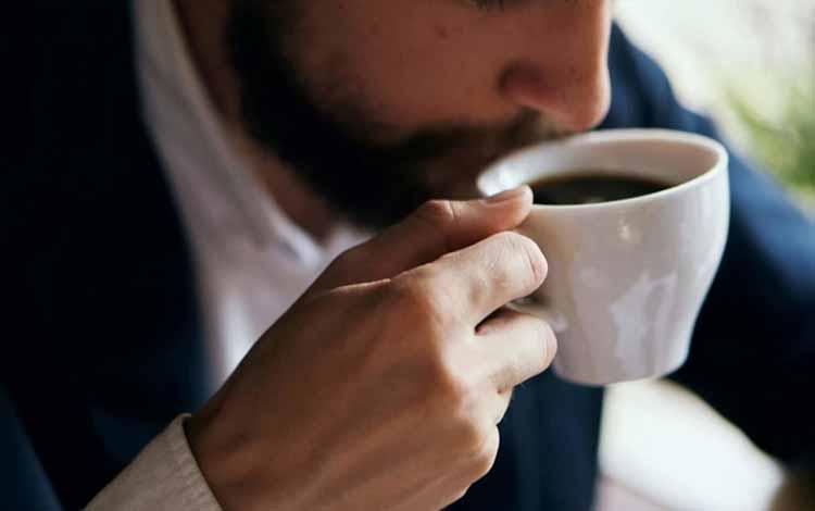 Berbagai-Hal-Yang-Dapat-Mengganggu-Kesuburan-Kaum-Pria-Sering-minum-alkohol-dan-kafein