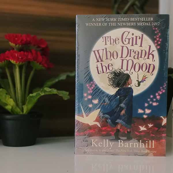 Rekomendasi-Novel-Best-Seller-Terbaik-The-Girl-Who-Drank-The-Moon-Kelly-Barnhill