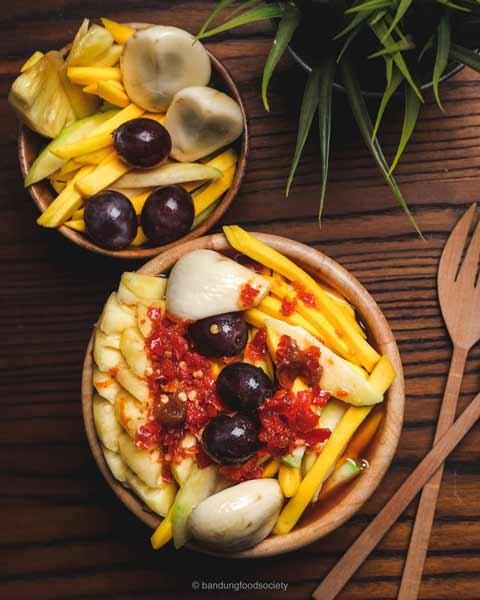 Aneka-Makanan-Warna-Warni-Yang-Ternyata-Baik-Untuk-Kesehatan-Rujak-buah