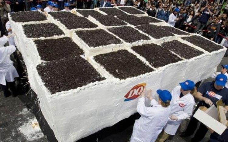 Deretan Makanan Dengan Ukuran Super Jumbo - Ice Cream Cake