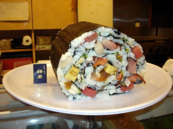 Deretan Makanan Dengan Ukuran Super Jumbo - Sushi Roll