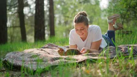 Keuntungan Membaca Buku daripada Membaca Lewat Internet
