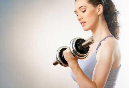 Berbagai Jenis Olahraga Ringan Yang Dibutuhkan Tubuh Setiap Hari - Angkat dumbbell