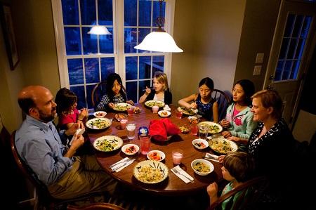 Cara Mudah Mengatasi Insomnia - Makan malam lebih awal