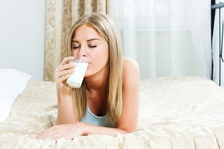 Cara Mudah Mengatasi Insomnia - Minum susu hangat