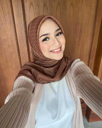 Artis Cantik Indonesia Dengan Senyum Termanis
