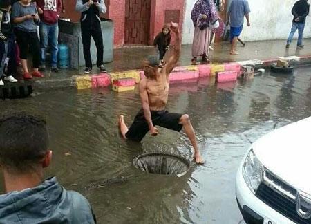 Kelakuan Warga Indonesia Saat Banjir yang Kocak dan Bikin Ngakak