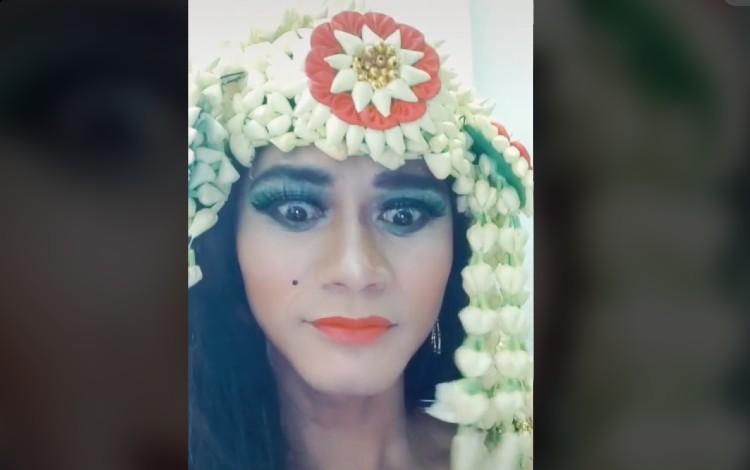 Viral Pria Dandan Mirip Suzanna