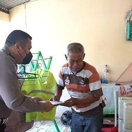 Miris! Pensiunan Polisi Ditangkap Satpol PP Ketika Menjadi Manusia Silver Demi Sesuap Nasi